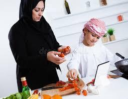 cuisine avec enfant enfant arabe dans la cuisine avec sa mère image stock image du