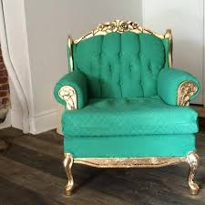 peinture pour tissus canapé remettre un vieux fauteuil au goût du jour avec de la peinture