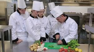 apprenti cuisine apprenti expliquer faire la cuisine hd stock 196 510 111