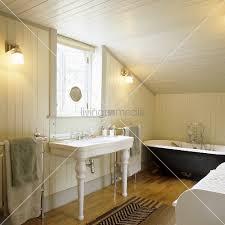 vintage holzverkleidung vintage möbel im ländlichen bad mit weisser holzverkleidung unter