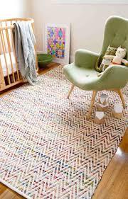 tapis de sol chambre decoration tapis sol blanc accents multicolores chambre bébé