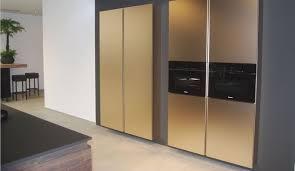 cuisine design toulouse cuisine revêtement metalisé focus sur le mur d armoire épurée