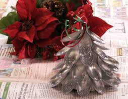 holiday diy use plastic spoons to create a christmas tree
