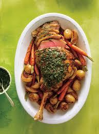 agneau cuisine gigot d agneau rôti sauce aux herbes ricardo