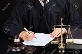 sexe au bureau section médiane de juge de sexe masculin écrit sur papier au bureau