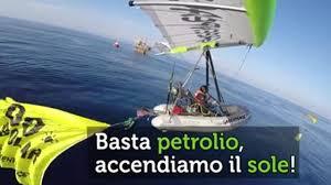 gommone volante greenpeace blitz anti trivelle attivista su gommone volante