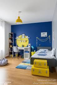 chambre jaune et bleu chambre pour un garçon qui aime dessiner le bleu et le jaune