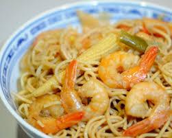 cuisiner des pates chinoises recette nouilles chinoises sautées aux crevettes découvrez cette