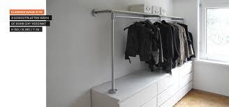 Schlafzimmer Schrank Und Kommode Begehbarer Kleiderschrank Kleiderstange Auf Sideboard Dach
