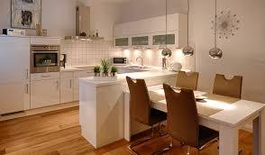 küche mit esstisch küche mit integriertem tisch küche integriert