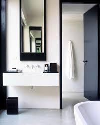 badezimmer dunkelblau schwarze zargen weiße subwaytiles schwarzer spiegel und