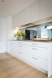 Mirror Backsplash In Kitchen by Best 25 Mirror Splashback Ideas Only On Pinterest Kitchen