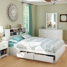 chambre a coucher avec pont de lit tête de lit avec rangement intégré parquet massif déco murale et