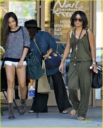 vanessa hudgens manicure with mom and stella photo 2582390