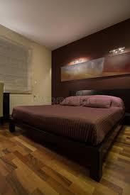 dunkles schlafzimmer dunkles schlafzimmer mit enormem bett stockfoto bild 49487510