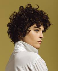 short hairstyle suited to naturally curly hair