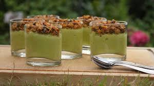 cuisine de a à z verrines verrines guacamole à la courgette et granola salé recette par la