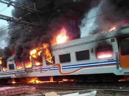 Kereta Api Api Terbakar Di Senen 2 Penumpang Mobil Tewas Terjepit