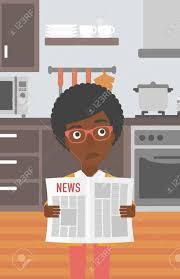 le journal de la femme cuisine une femme afro américaine lisant le journal sur le fond de la