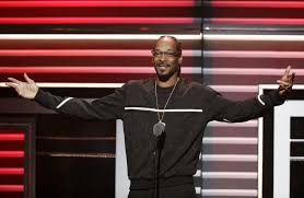 kendrick lamar presents snoop dogg with u0027i am hip hop u0027 award at