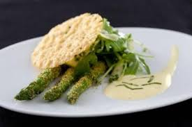 cuisiner asperge verte recette de asperges vertes crues et cuites au sabayon basilic tuile