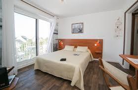 hotel avec dans la chambre dans le sud chambre côté jardin avec terrasse et mobilier chambres d