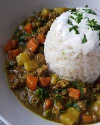 cuisine avec du riz curry de bœuf carottes et pommes de terre avec riz basmati recette