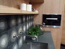 robinet cuisine haut de gamme atelier culinaire cuisine chêne massif clair crédence carreaux de