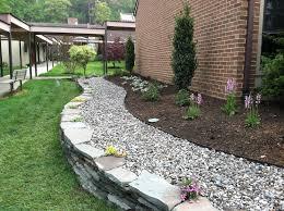 White Rock Garden Brown Soil And White Rocks Garden Designs Pinterest Garden Trends