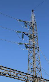 tralicci in ferro traliccio galvanizzato ferro con i cavi elettrici ad alta