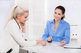 bureau recrutement deux femme au bureau réunion d affaires financier ou de