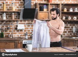 homme nu cuisine homme affaires solitaire beau torse regardant chemise cuisine