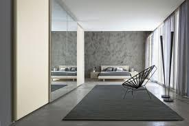 schlafzimmer spiegel der kleiderschrank mit schiebetüren ein platzsparendes stauraumwunder