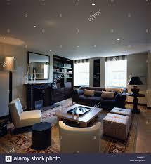 autour d un canapé cet appartement moderne dispose d un salon avec fauteuils en cuir