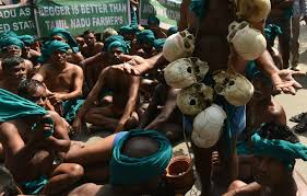 In A Dramatic Move      Farmers From Tamil Nadu Protest At Delhi     s