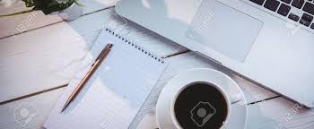 bloc note sur bureau vue aérienne de l ordinateur portable et bloc notes sur un bureau
