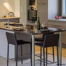 plan de la cuisine bouteille et verre de vin sur le plan de la cuisine stock photo