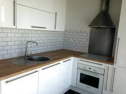 cuisine blanche brillante cuisine blanche brillante dans un espace ouvert sur le salon salle