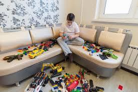 chambre jouet adolescent jouant avec des voitures de jouet dans la chambre photo