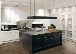 white kitchen with black island cuisine contemporaine en bois massif en plaqué bois en bois