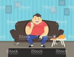 gros canapé gros homme assis à la maison sur le canapé en regardant la