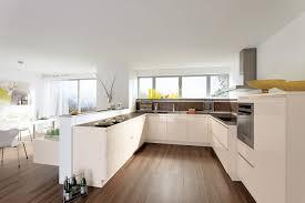 cuisine implantation cuisine beige avec parquet au sol façades sans poignées et