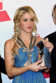 what color is shakira s hair 2015 shakira s hair has us flabbergasted