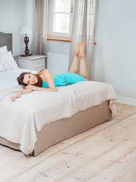 benefits of a memory foam mattress topper for a better nights sleep