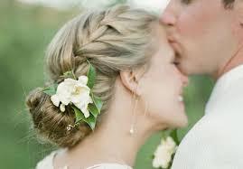 fleurs cheveux mariage succombez aux nouvelles tendances de coiffures de mariée