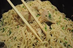 cuisiner des pates chinoises nouilles chinoises et poulet au lait de coco cuisine avec du