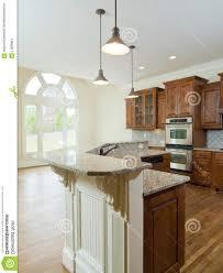spot dans cuisine comptoir en bois blanc brillant planche de naturel poêle avec four