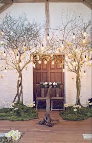 dã coration mariage discount un décor de cérémonie végétal avec arche en branches lumières