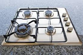 gaz cuisine brûleurs sur la cuisinière à gaz dans la cuisine banque d images