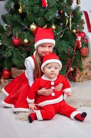 imagenes de navidad hermana hermano y hermana en ropa de la navidad aspecto familiar foto de